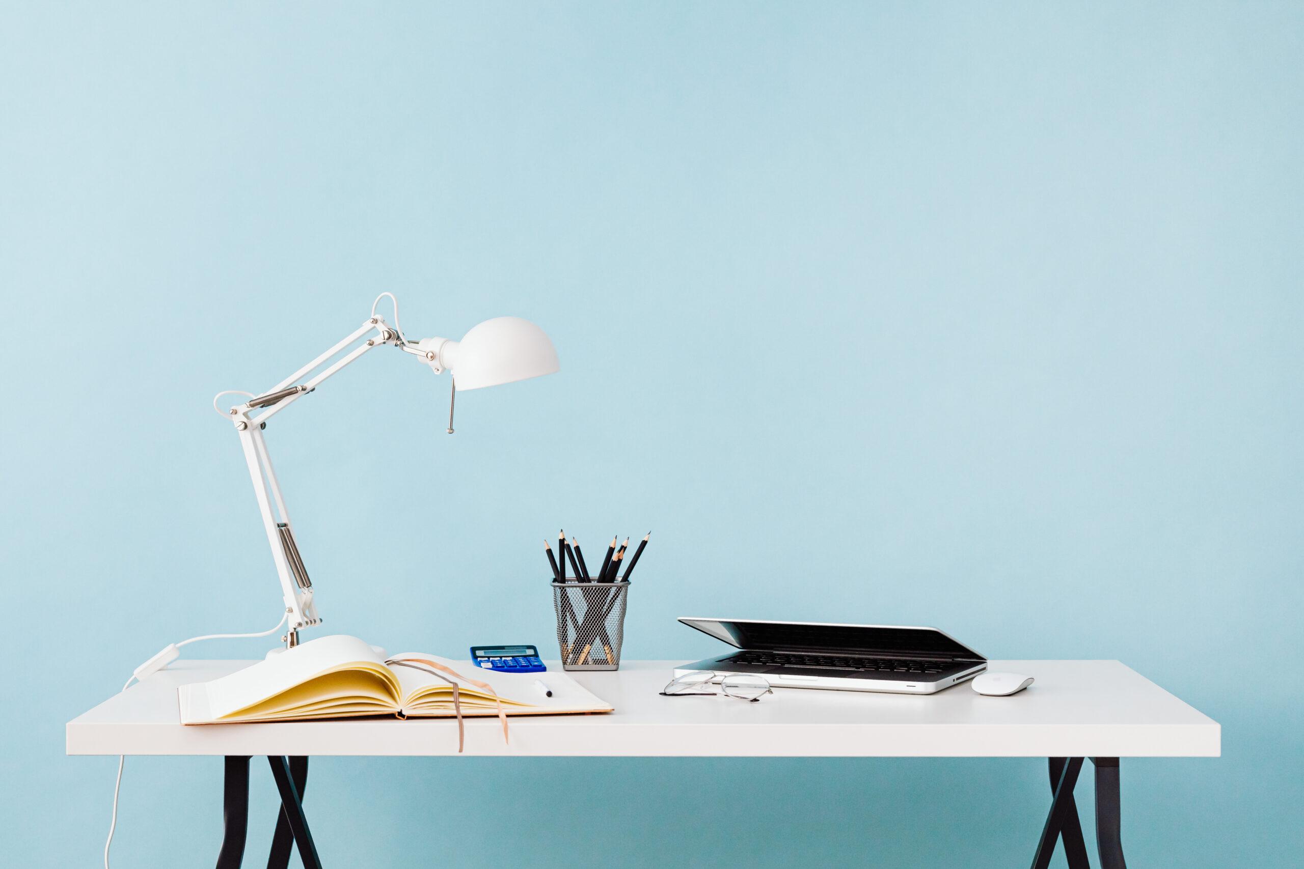 kaboompics_Desk - notebook - lamp - organizer - pencils